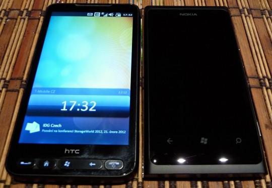 Srovnání Lumie (vpravo) s HTC HD2